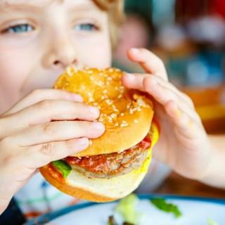 Çocuklarınıza Bunları Asla Yedirmeyin! İşte, En Sağlıksız Besinlerin Listesi…